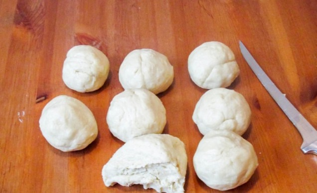 Разделете тестото на 8 парчета, оформете ги на топки, обвийте ги във фолио и изпратете в хладилника за половин час.