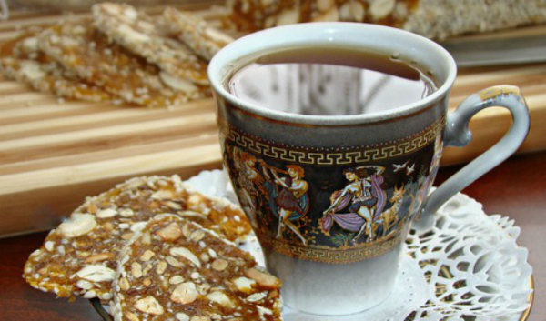 насладете се на хубавия десерт с чашка ароматно кафе