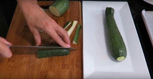 Нарежете тиквички на лентички и включете фурната да загрее на 220 градуса.