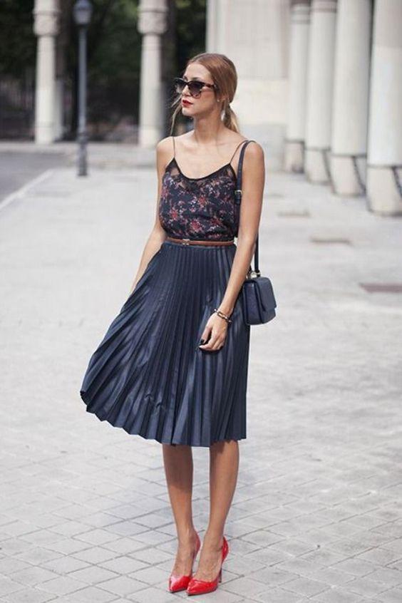 Тъмно синя плисирана пола комбинира с червени обувки лято 2018