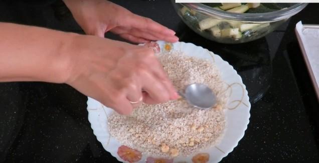 На този етап трябва да подготвите галетата. Добавете настъргания кашкавал, чилито, чаена лъжичка сол, сушения чесън, червения пипер и провансалските билки. Разбъркайте масата, докато се получи еднаква консистенция.