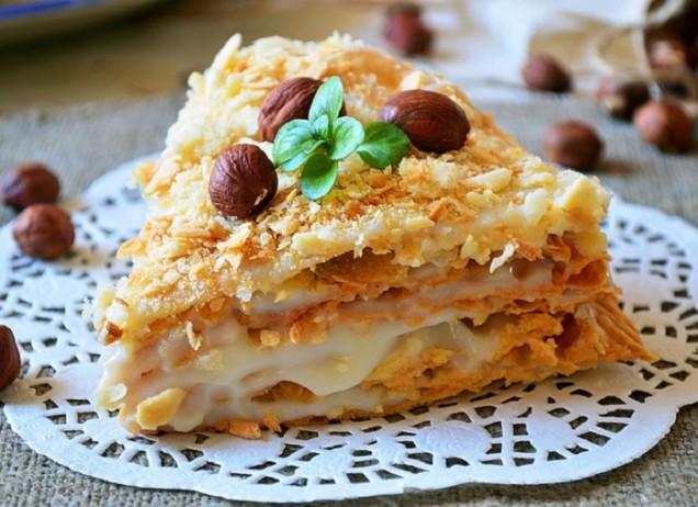 Опечете лешници или направо си купете изпечени, за да спестите малко време, отделете обвивката, смилайте с блендер и добавете към сместа. Оставете няколко ядки, за да украсите тортата. Намажете блатовете с крема, поръсете завършената торта с лешниците и украсете по ваш избор. Поставете в хладилника