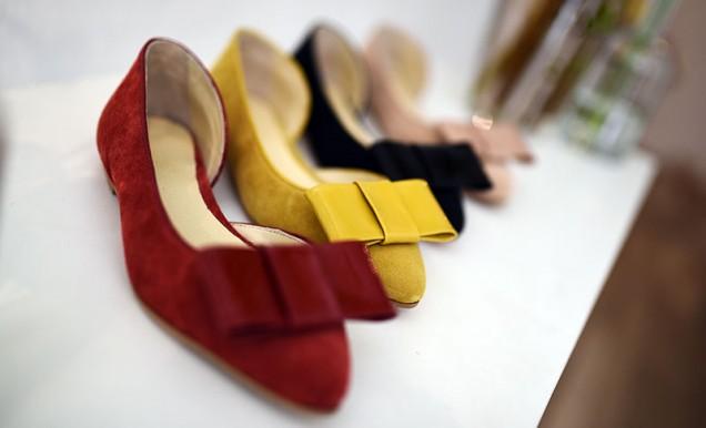 Равни велурени обувки с панделки есен 2018
