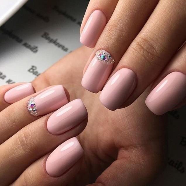 Маникюр в бледо розово с камъни лято 2018