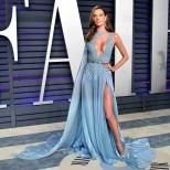 синя рокля на червения килим