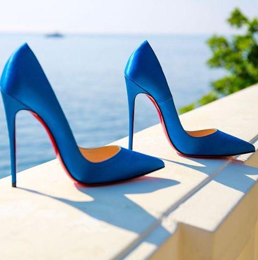 сини обувки на ток