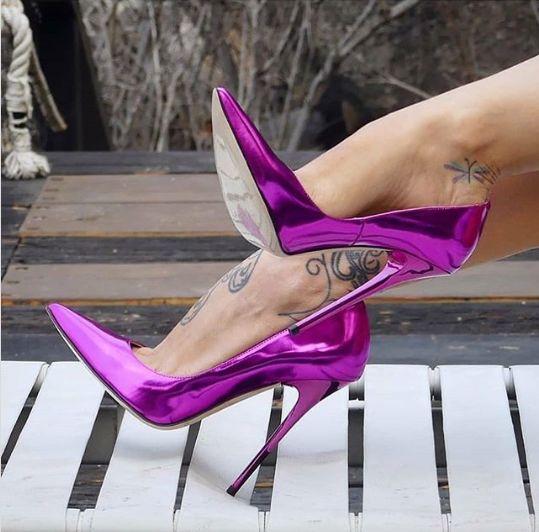 лилави обувки на ток