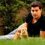 Чаатай Улусой  - Емир с любимото си коте