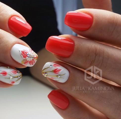 червен маникюр с бяло и цветя