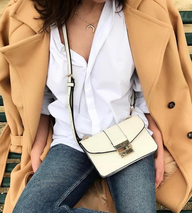 бяла риза с палто и дънки