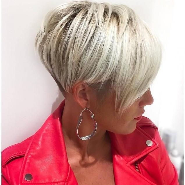 Къс боб за блондинки с наклонен бретон