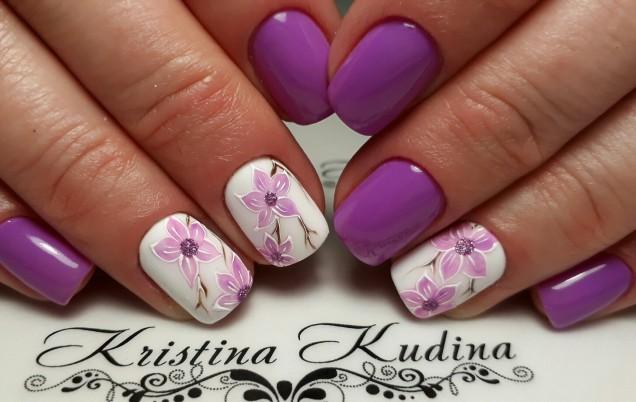 нежен лилав маникюр на цветя