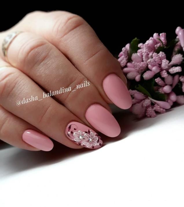нежен розов маникюр с цветя