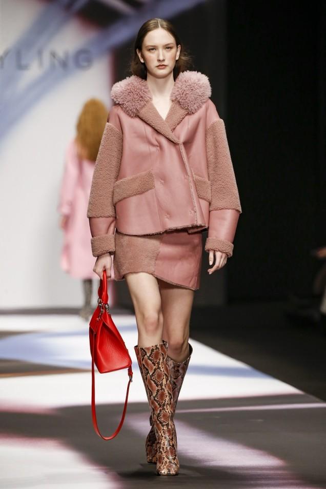 червена чанта с дръжки