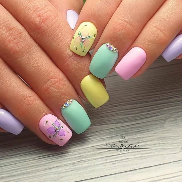 пролетен маникюр в пастелни цветове