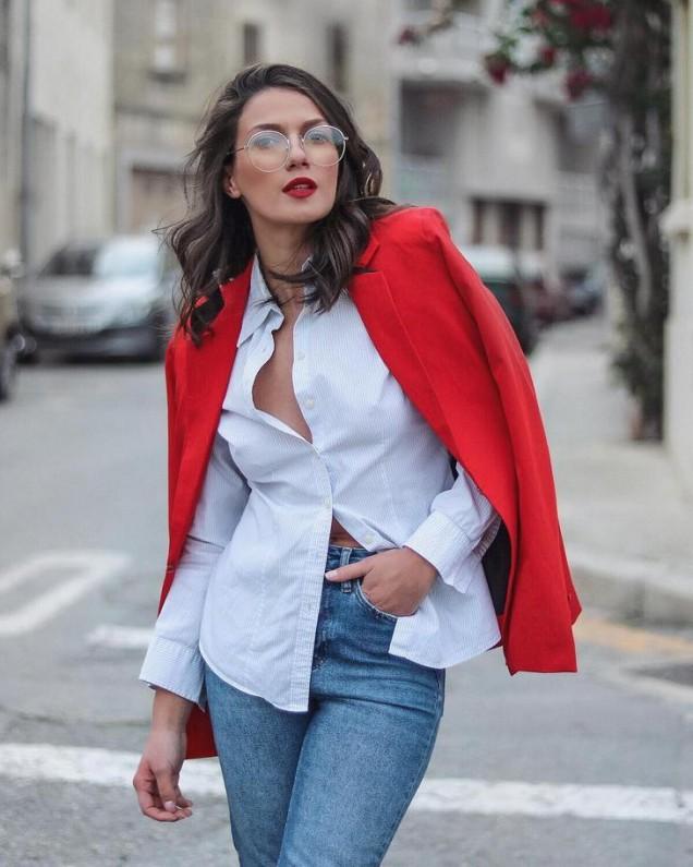 бяла риза с червено сако