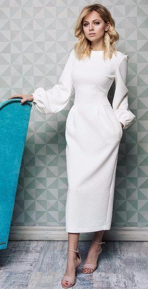 Бяла рокля с красиви ръкави