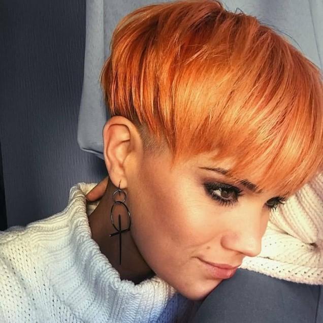 свеж оранжев цвят на къса коса