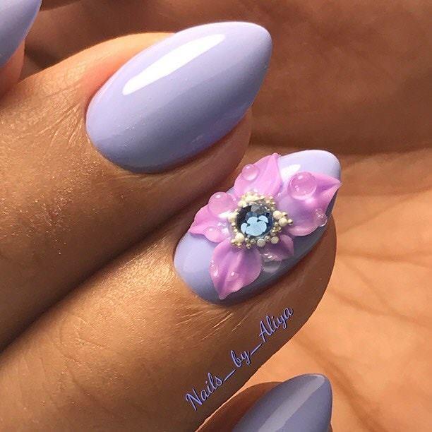 бледо лилаво с цвете
