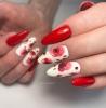 маникюр в червено и бяло с цветя