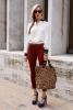 бяла риза с червен панталон