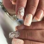 прасковен цвят върху ноктите