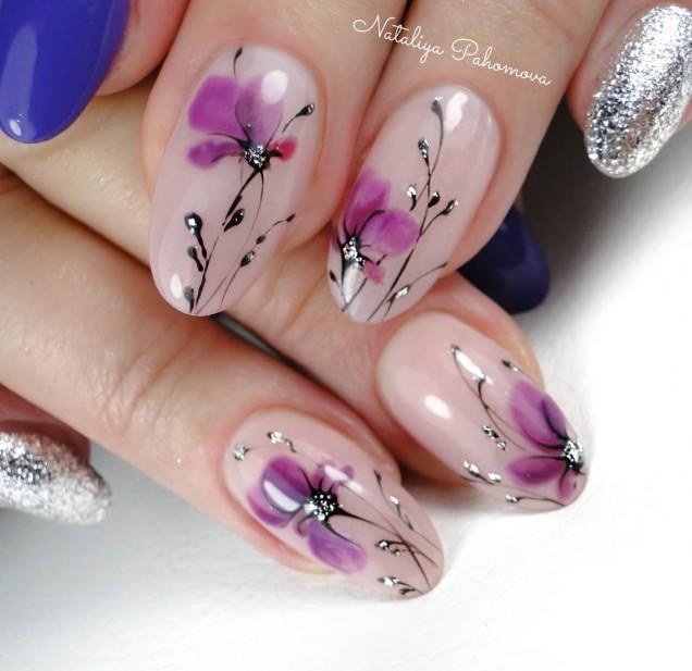 Пролетен маникюр с цветя