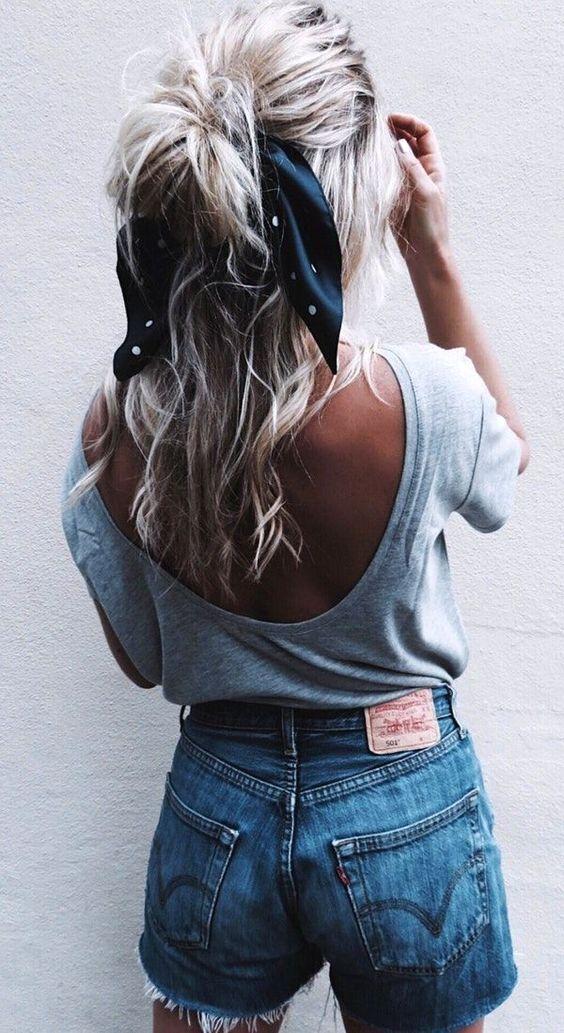небрежно хваната коса на опашка с шалче