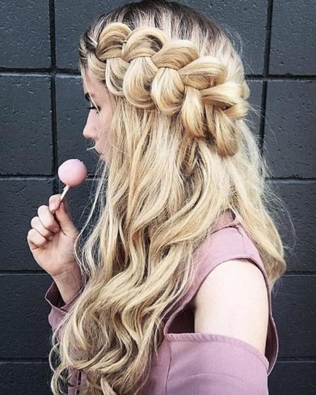 красива плитка на дълга вълниста коса