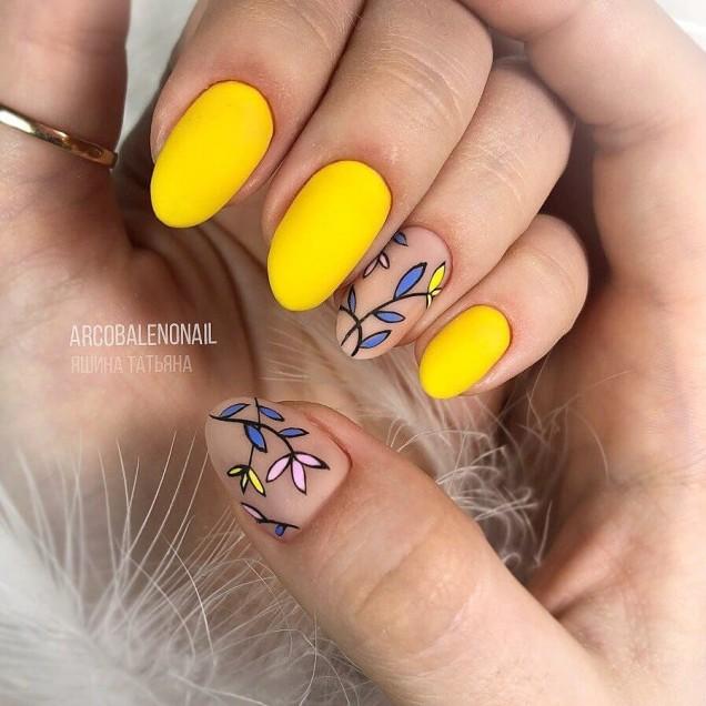 Жълт маникюр лято 2019