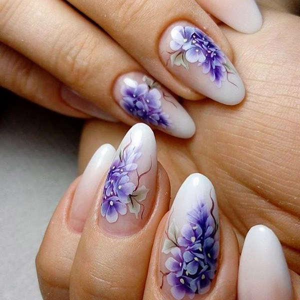 бял с лилаво маникюр