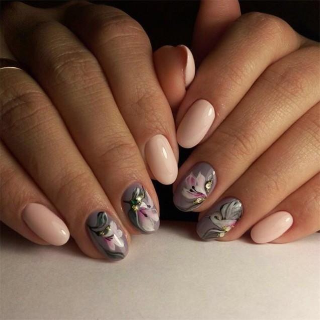 прасковен маникюр с цветя в сиво