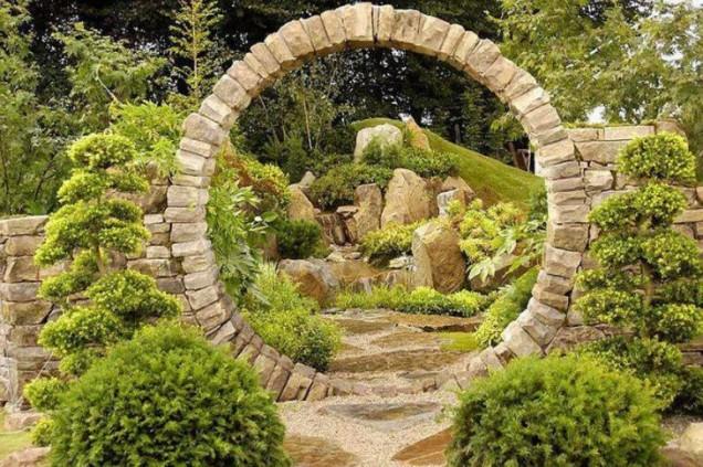 каменна арка в градината
