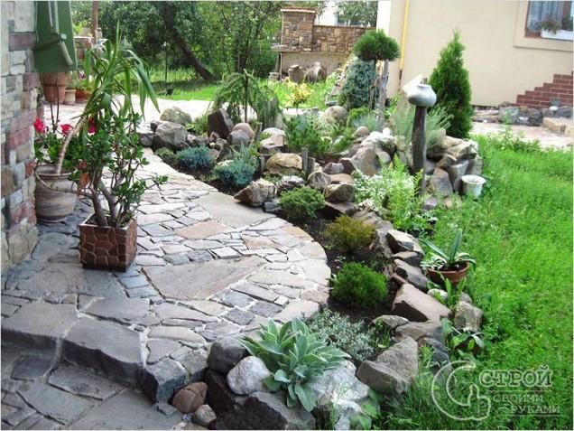 градина от камъни в двора