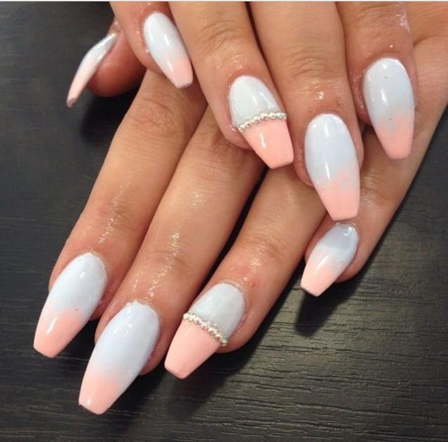 прасковено и бяло върху ноктите