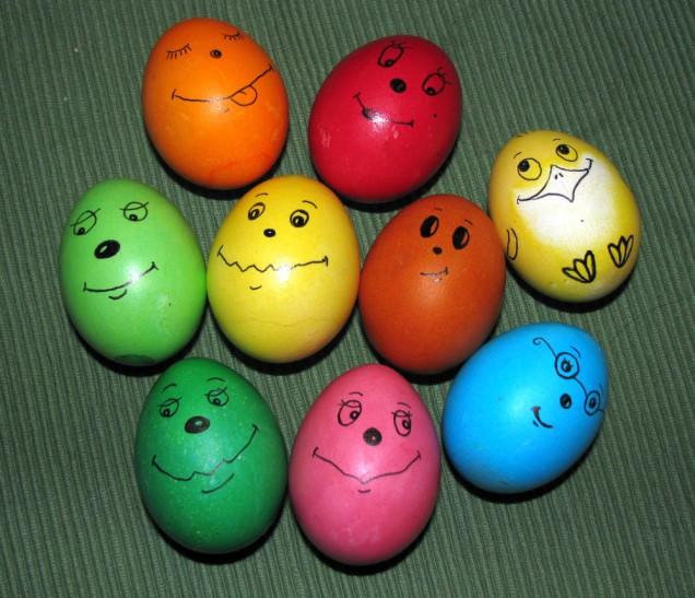 Цветни яйца с лица за Великден