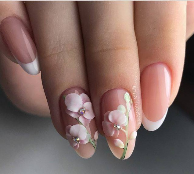 нежен сватбен маникюр с цветя