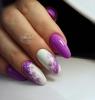 лилав маникюр с цветя