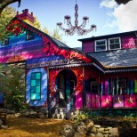 пъстро боядисана къща