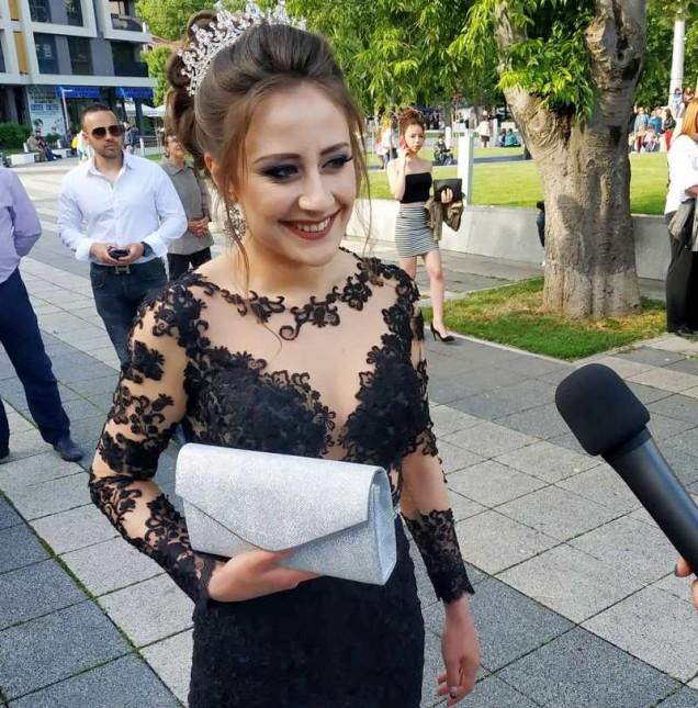 абитуриентка с дантелена рокля