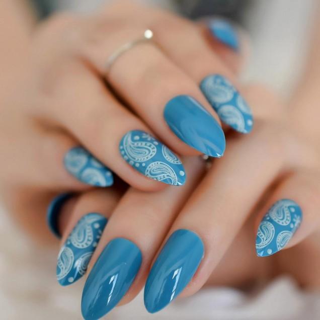 красив плажен маникюр в синьо и бяло