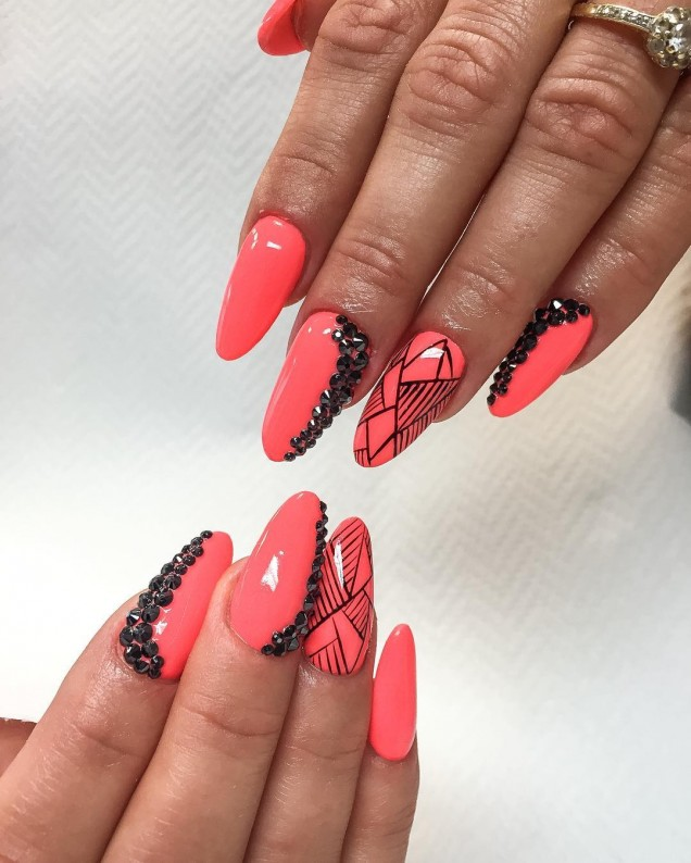 коралов маникюр дълги нокти