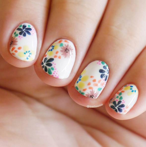 маникюр с цветя на къси нокти