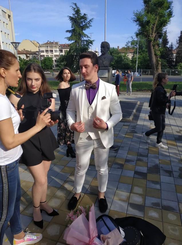 бял костюм за бала