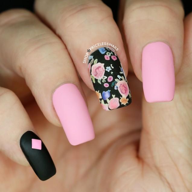 розово-черен маникюр с цветя