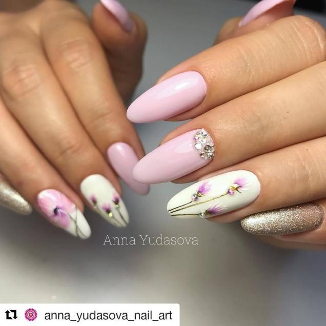 маникюр с цветя на дълги нокти