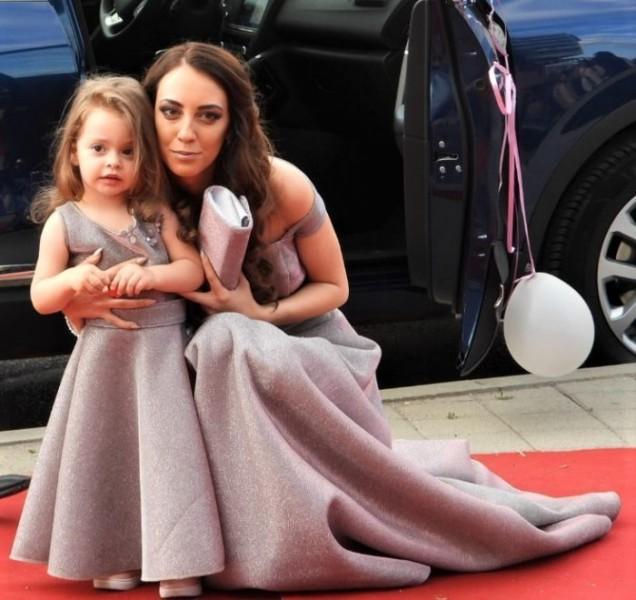 две красиви дами в еднакви рокли