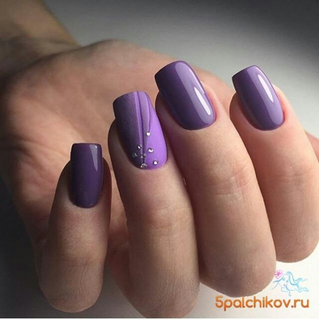лилави нокти с нежен акцент