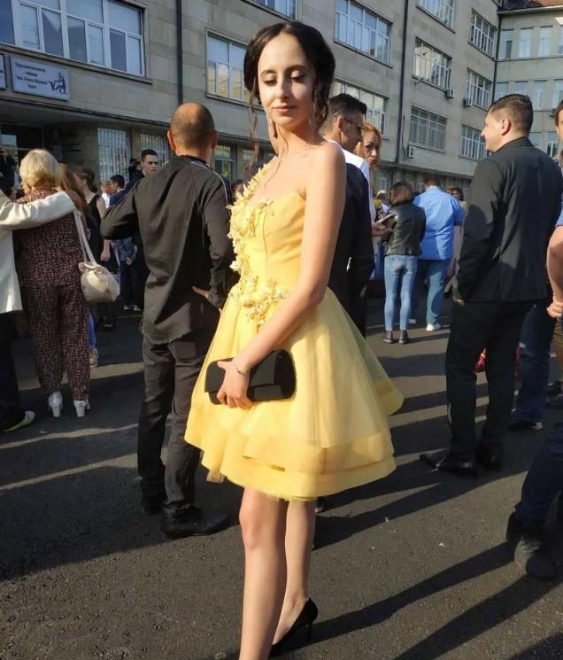 момиче с нежно жълта рокля