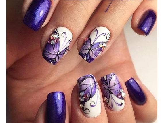 лилав маникюр с пеперуди